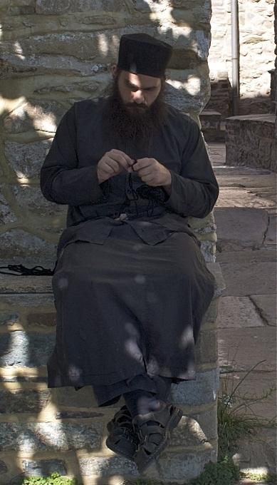 Монахи на афоне плетут